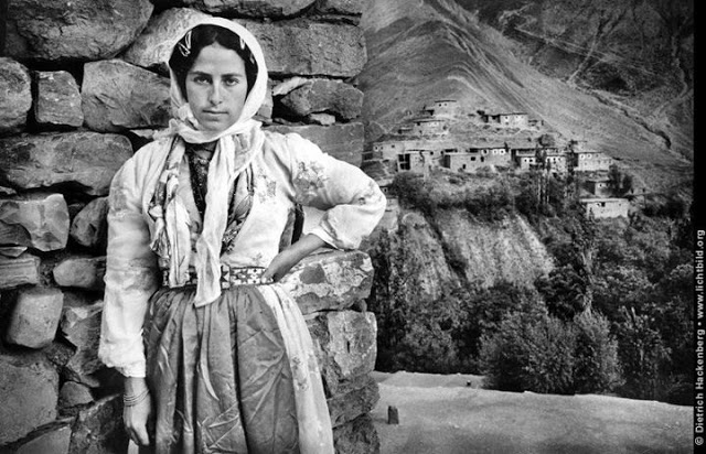 Kurdish-women-oldest-houses-village-mountains-kurdistan-kurds-1991